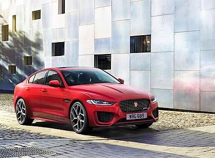 Zusammen mit einem breiteren Kühlergrill und einem neuen Stoßfänger fährt der Jaguar die Ellbogen aus und steht jetzt noch satter auf seinen bis zu 29 Zoll großen Rädern. © Jaguar
