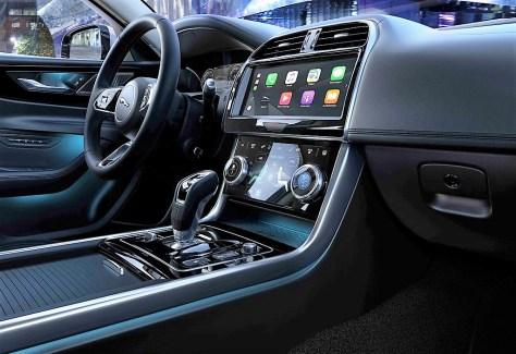 Zeitgemäß hat die Zahl der Infodisplays zugenommen, die berührungssensitiven Bildschirme liefern gestochen scharfe Bilder und erleichtern die Bedienung des XE wesentlich. © Jaguar