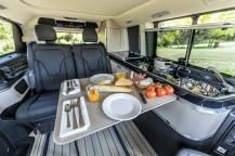Die kleine Küchenzeile ist mit einem zweiflammigen Gaskocher, einer Spüle sowie einer Kompressorkühlbox ausgerüstet. Zum Essen lässt sich ein Klapptisch herausziehen. Foto: Auto-Medienportal.Net/Daimler