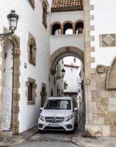 Dank seiner Höhe von knapp zwei Metern kommt der Marco Polo auf Parkplätze, die für viele andere Reisemobile wegen Absperrungen wie zum Beispiel an der französischen Küste unerreichbar sind. Foto: Auto-Medienportal.Net/Daimler