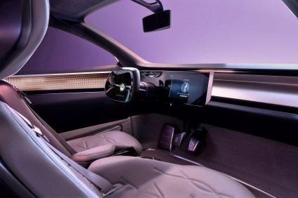 """Das neu entwickelte """"IQ.-Lenksystem"""" koppelt die Lenksäule ab, fährt das Lenkrad in seine Ruhestellung und schafft dadurch mehr Raum im Cockpitbereich. Foto: Auto-Medienportal.Net/Volkswagen"""