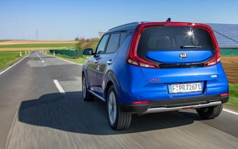 Die Fahreigenschaften des Kia e-Soul sind dank der neuen Mehrlenker-Hinterachse ohne jeden Tadel. © Kia