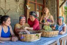 Das Projekt soll die Lebensgrundlagen der Landwirte und Kleinproduzenten in der Region Muğla stärken, indem es sie dabei unterstützt, lokale Delikatessen zu produzieren und an Hotels, Restaurants und Souvenirläden zu liefern. © TUI