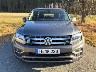 Mit seiner bulligen Front, großem VW-Emblem im markanten Chrom-Grill mit Längs- und Quer-Rippen wirkt er präsent, aber nicht martialisch. © Klaus H. Frank