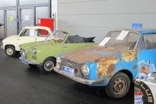 Goggomobil-Limousine und –Roadster neben Scheunenfund beim Glas-Club