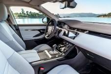 Im Innenraum hielt sich Land Rover zurück und orientierte sich bei der Überarbeitung am Velar.