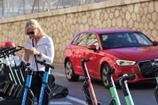 Die E-Scooter werden per App geortet und freigeschaltet. Auch der Ladezustand des E-Scooters lässt sich über die App ablesen. © Solveig Grewe / mid