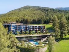 Das TUI Sensimar My Arbor liegt in Brixen im Ortsteil St. Andrä auf 960 Metern Höhe mitten im Wald. © TUI