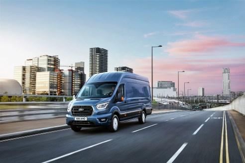 Ein größerer Kühlergrill mit drei besonders markanten Querstreben kennzeichnen den neuen Transit. © Ford