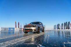 Bei den Speed Days des Baikal Ice Motor Sports Festivals brannte ein Jeep Grand Cherokee Trackhawk den Geschwindigkeitsrekord für SUVs ins Eis. © Jeep
