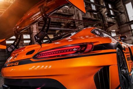 Schnittig: Die im Windkanal getesteten Veränderungen optimieren sowohl Abtrieb als auch den Luftwiderstand und verbessern so die aerodynamische Rennstrecken-Performance. © Daimler