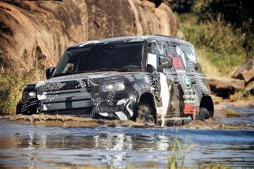 Teil des Testprogramms: das Überqueren von Flüssen, Fahrten in zerfurchten Spurrinnen und auf felsigem Untergrund sowie das Ziehen schwer beladener Anhänger. Foto: Auto-Medienportal.Net/Land Rover