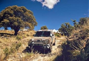 Der Prototyp wurde für diesen Zweck mit einer Tarnlackierung versehen sowie mit Expeditionszubehör und einer hochgesetzten Luftansaugung ausgestattet. Foto: Auto-Medienportal.Net/Land Rover