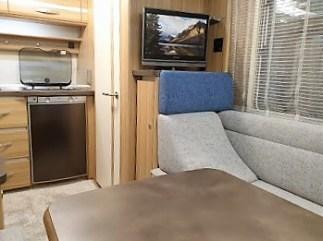 Die Lounge-Sitzgruppe mit einem Kissen in Form einer hohen Rückensitzschale im Fendt Bianco Emotion 445 FH. © Sabine Frank
