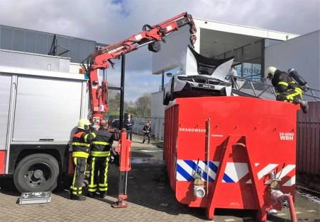 Ein BMW i8 verschwindet im Löschcontainer. Foto: Auto-Medienportal.Net/Brandweer Midden-en West-Brabant
