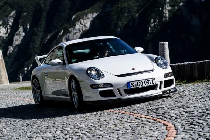 """Weißer Riese: Der """"997.2"""" von 2006 erklimmt den Gotthard-Pass hurtig mit 415 PS. © Porsche"""