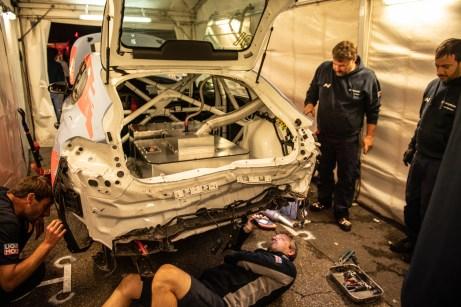 Nach dem Unfall ist der Hyundai i30 Fastback N nicht mehr wiederzuerkennen. Die Mechaniker vom Team Engstler schaffen es dennoch, das ramponierte Auto nach einer wahren Meisterleistung wieder auf die Räder zu stellen. © Hyundai