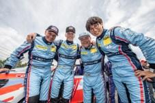 Sieger der Herzen: Nach einer Achterbahnfahrt feiert das Hyundai Team Engstler beim 24-Stunden-Rennen auf der legendären Nordschleife des Nürburgrings den dritten Platz in der V2T-Klasse. © Hyundai