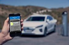 Neu an Bord des Ioniq Elektro ist das vernetzte Konnektivitätssystem Hyundai Blue Link. Damit können Besitzer des Hyundai Ioniq Elektro beispielsweise den Ladestatus ihrer Batterie per Smartphone-App abfragen, um zu wissen, ob sie das Fahrzeug aufladen müssen. © Hyundai