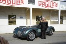 Norman Dewis mit dem Jaguar C-Type. © Jaguar