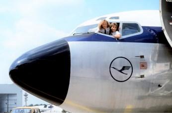Piloten und Pilotinnen treffen an den Vrspätungen eigentlich nie Schuld, Im Bild Nicola Lisy, geb. Lunemann (links) und Evi Hetzmannseder, geb. Lausmann, die ersten von Lufthansa ausgebildeten Pilotinnen. Photo: Roland Fischer / Lufthansa 1988 D 51-3-88-67
