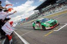 Geschafft: Honda holt sich mit dem Civic Type R TCR den Klassensieg beim 24-Stunden-Rennen auf der Nordschleife des Nürburgrings. © Honda / Thorsten Weigl