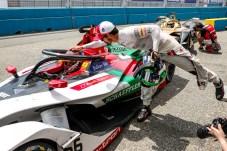 Auf die beiden Rennfahrer Daniel Abt (im Auto) und Lucas di Grassi setzt das Team Audi Sport Abt Schaeffler in der Formel E. © Audi