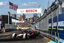 Die Formel E bietet den Zuschauern beim Saisonfinale in New York jede Menge Action. © Audi