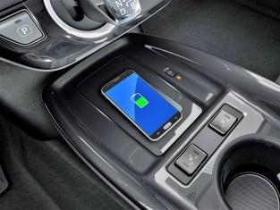 In einer Ladeschale kann das Handy aufgeladen werden. © Toyota