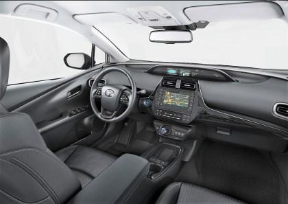 Im Innenraum weisen unter anderem piano-schwarze Dekorelemente an Lenkrad und Wählhebel sowie hochwertige Sitzstoffe auf die umfassend überarbeiteten Modelle hin. © Toyota