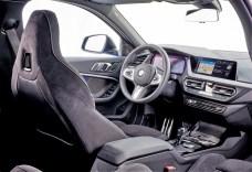 Vorne schauen wir auf ein 10,25 Zoll großes Cockpit Professional, rechts daneben gesellt sich der ebenso große, optionale Zentralmonitor mit Touchfunktion (Serie sind 8,8 Zoll). © BMW