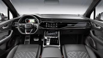 Im Innenraum wartet der Audi SQ7 TDI mit einer dunklen Leder-/Alcantara-Ausstattung auf. Die Dekoreinlagen bestehen aus matt gebürstetem Aluminium oder optional aus Carbon und unterstreichen damit den sportlichen Look. © Audi