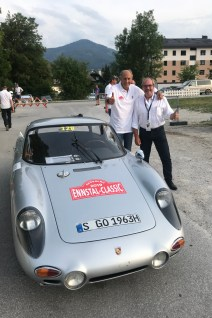 """Zwei Bayern in Österreich mit einem historischen Porsche aus dem Jahr 1963, dem """"Dreikantschaber"""": Hans Joachim Stuck und mid-Autor Rudolf Bögel. © Porsche"""