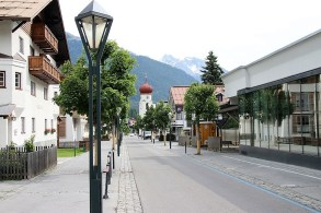 Nach der kleinen Kirche zu Ortsbeginn zieht sich die 2.500-Einwohner-Gemeinde St. Anton idyllisch in Richtung des höchsten Berges der Region, dem Patteriol. Foto: so
