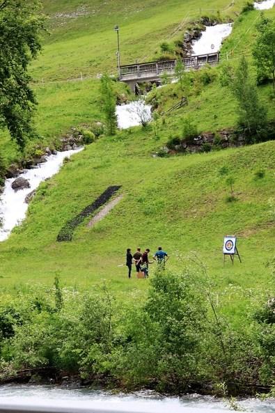 Zwischen den Bergbächen und dem kleinen Fluss Rosanna stellen Sommertouristen ihre Treffsicherheit mit dem Bogen auf den Prüfstand. Foto: so