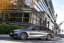 """Rein elektrisch fahren in der Stadt: Die """"Tankklappe"""" am vorderen Kotflügel verrät den Sitz der Ladedose. © BMW"""