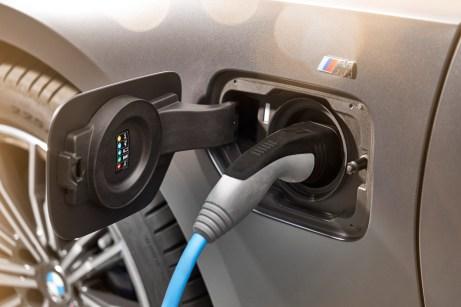 Kraft aus dem Stromnetz: Der BMW 330e kann an Ladesäulen und an Haushaltssteckdosen geladen werden. © BMW