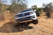Auch bei Trial-Prüfungen muss es manchmal Vollgas sein. Die beiden deutschen Teams und die Südafrikaner führen die hohe Schule des Offroad-Fahrens vor. © Stephan Lindloff / Volkswagen