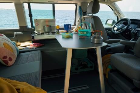 Die neue Miniküche mit Gasherd verschwindet nach der Nutzung wieder unsichtbar in der Seitenverkleidung. © VW Nutzfahrzeuge