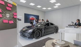 Mit umfangreichen Qualifizierungen bereitet Porsche seine Mitarbeiter auf die E-Mobilität vor. © Porsche