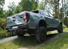 Das das neue Ranger-Topmodell Raptor besitzt gegenüber der Serienversion zum Beispiel eine um 150 Millimeter verbreiterte Spur und eine um 56 Millimeter auf 283 Millimeter erhöhte Bodenfreiheit. © Ford