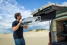 Die serienmäßigen Campingstühle sind platzsparend in der Heckklappe verstaut, © VW Nutzfahrzeuge
