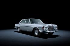 Den 300 SEL 3,5 gab es mit Doppelscheinwerfer und mit einteiligem Rundscheinwerfer hinter ovalen Streuscheiben. © Daimler