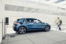 An der Wallbox ist der Mercedes A 250 e in knapp zwei Stunden aufgeladen. Am Schnelllader sogar in 25 Minuten. © Daimler