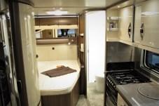 Doppelbett und seitlicher Waschraum im 560 FC ab 26.030 Euro.