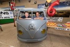Busfest 2019: Die Freunde Andy Morgan (links) und Rikki James in einer Rohkarosse von 1954. Foto: Auto-Medienportal.Net/Volkswagen