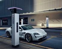 Der rein elektrisch angetriebene Sportwagen ordnet sich zwischen dem 911er und Panamera ein und verfügt über eine besonders innovative Schnellladetechnik. © Porsche
