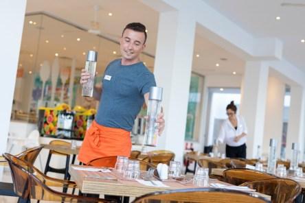 """""""Wir haben bereits große Unterstützung von Hotels (hier das .Atlantica Sancta Napa Hotel Ayia Napa), Restaurants und anderen lokalen Unternehmen erhalten, die das Thema Vermeidung von Plastikmüll vorantreiben möchten"""", sagt Philippos Drousiotis, Vorsitzender der CSTI (Cyprus Sustainable Tourism Initiative). © TUI"""