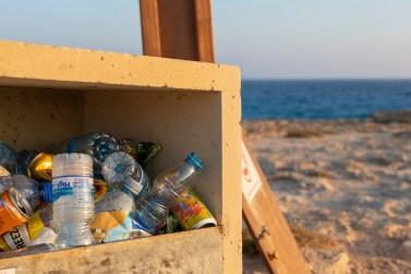 Kunststoffe stellen im Mittelmeerraum den größten Anteil der Strandabfälle, mehr als 85 Prozent des schwimmenden Mülls und 45 bis 95 Prozent des Mülls auf dem Meeresboden. Hier der Strand von Ayia Napa. © TUI