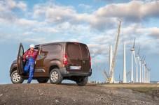 Windmasten stehen oft mitten in der Landschaft und sind für die Wartungskräfte schwer erreichbar. Mit dem Allrad-Combo kein Problem. © Opel